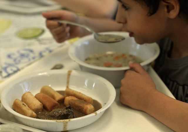 Szarvashúsból készült ételek egy iskolai menzán (Fotó: MTI)