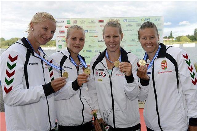 A győztes Vad Ninetta, Kárász Anna, Szabó Gabriella és Kozák Danuta (b-j) a női kajaknégyesek 500 méteres versenyének eredményhirdetésén, Fotó: Kovács Tamás/MTI