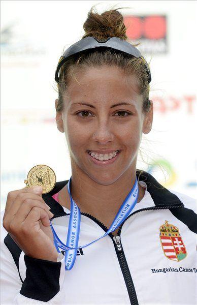 A győztes Csipes Tamara a női kajak egyesek 1000 méteres versenyének eredményhirdetésén, Fotó: Kovács Tamás/MTI