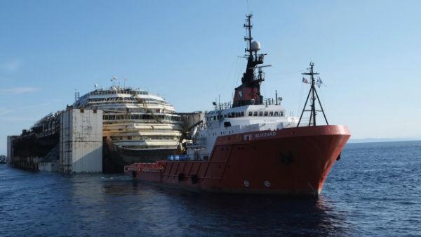 Így vontatják a Costa Concordia roncsát