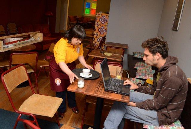 Értelmi fogyatékos emberek szolgálnak ki egy pécsi kávézóban