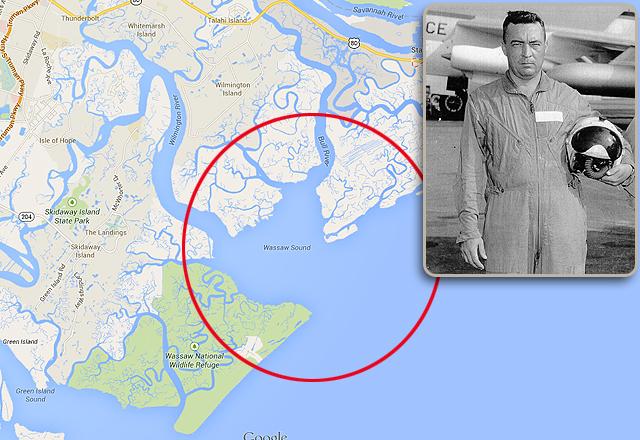 A kormány illetékesei úgy vélik, hogy valahol Wassaw Sound közelében lehet az eltűnt bomba . A fenti képen Howard Richardson pilóta látható.