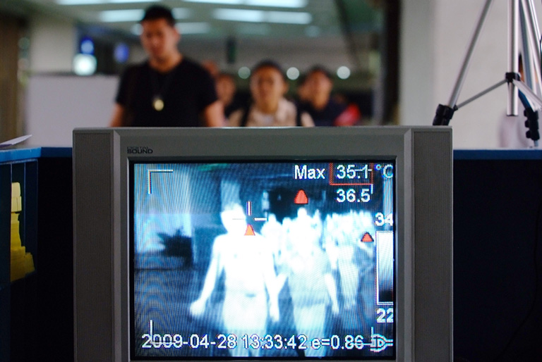 Hőkamerával figyelik az utasokat a repülőtereken