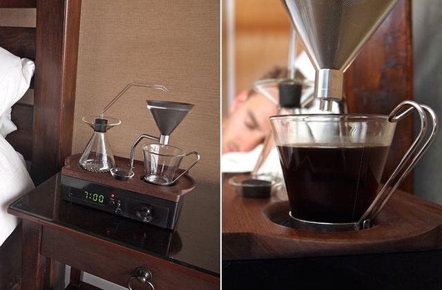 Gőzölgő kávéval ébreszt ez az óra