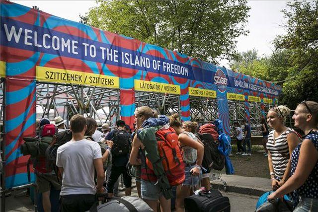 Érkeznek a látogatók - Fotó: Mohai Balázs / MTI