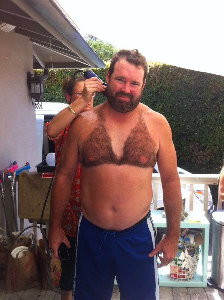 Férfiak, akik bikinit borotválnak a mellkasukra