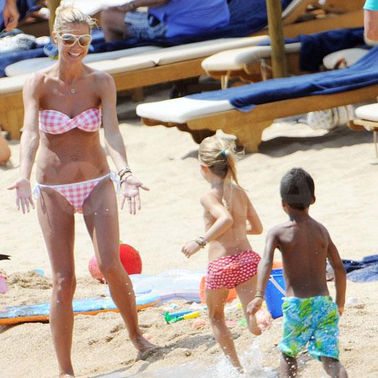 Heidi Klum a gyerekeivel Szardínián