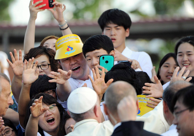 Így cukiskodott Ferenc pápa Dél-Koreában - képek