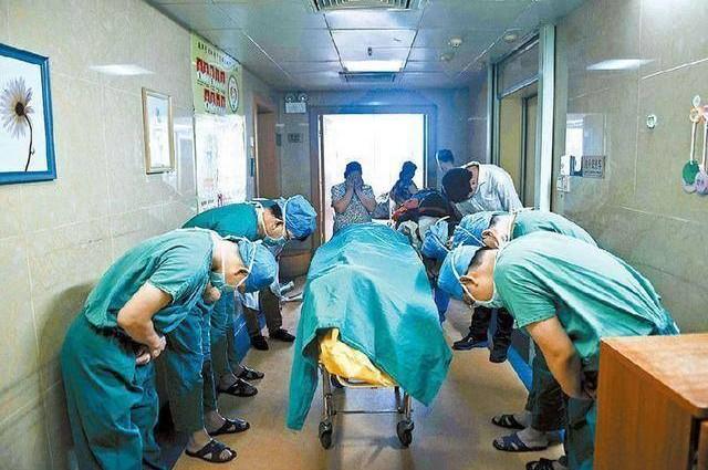 Megható: így tisztelegtek az orvosok a szerveit felajánló kisfiú előtt