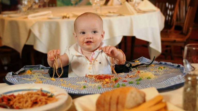 A képen egy kifejezetten étteremben étkező babák számára kifejlesztett termék látható