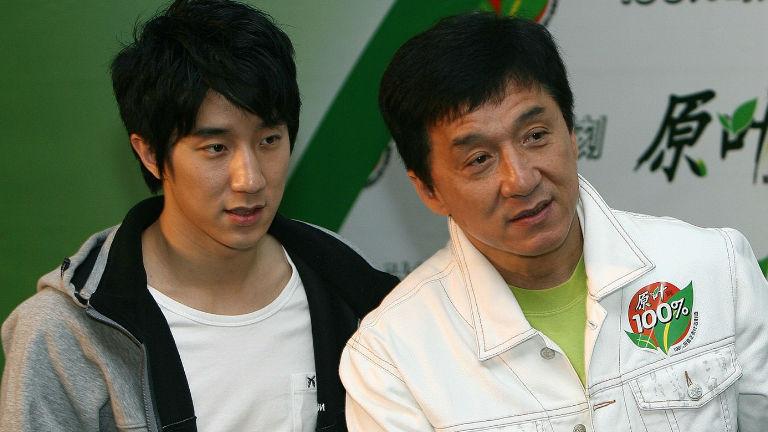 Kultúra-film-híresség-bűnügy-Kína Bocsánatot kért fia drogügye miatt Jackie Chan