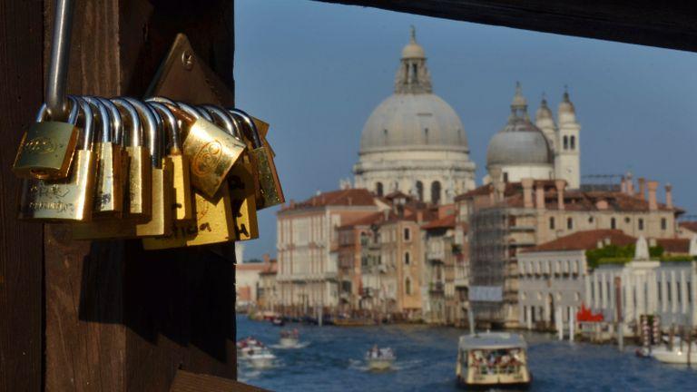 Háborút indított Velence a szerelmi lakatok ellen