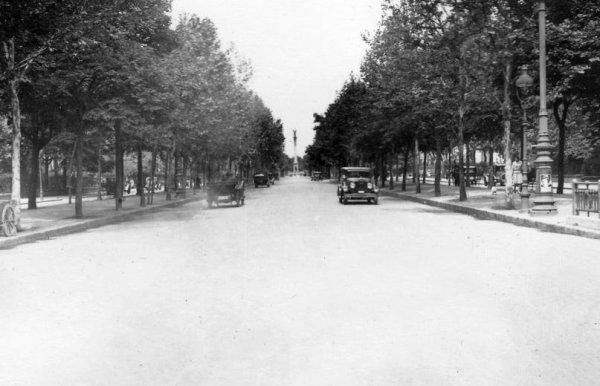 Andrássy út, szemben a Hősök tere (1922)