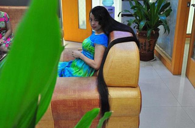 Jótékony célra árverezteti el 2 méteres haját egy nő