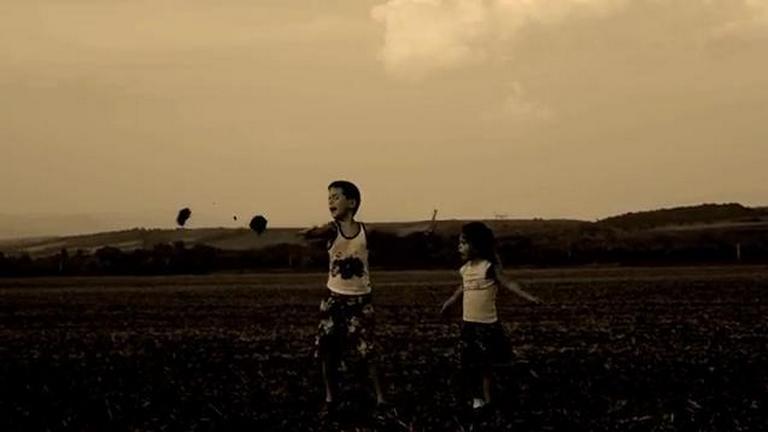 A mostohaapa szívmelengető videója párja gyermekeiről