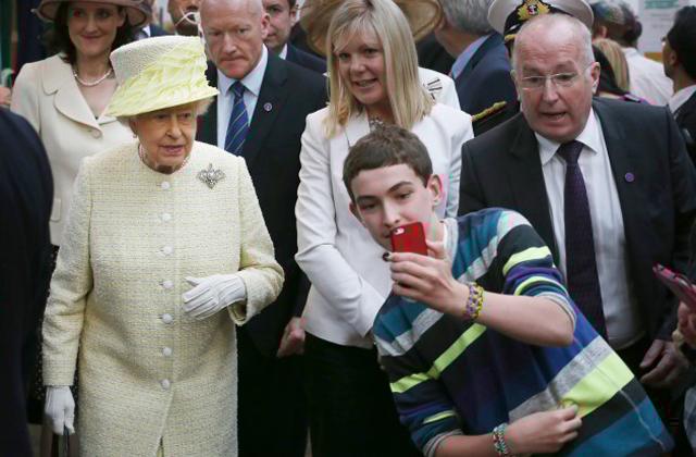 II. Erzsébetnek elege van az okostelefonokból