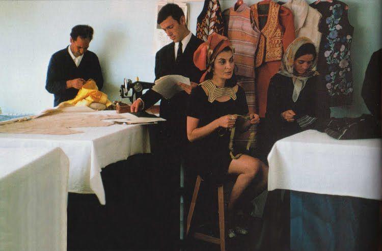 Safia Tarzi, ruhatervező a szalonjában, 1969