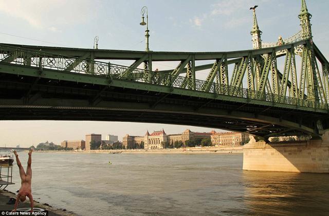 Meztelenül állt kézen egy férfi a Szabadság hídnál - fotó