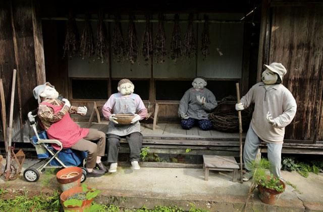 Íme egy falu, ahol több a madárijesztő, mint az ember