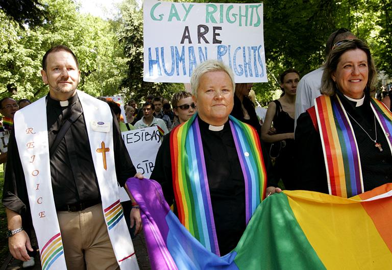 Az Amerikai Metropolitan Egyház papjai a Lettországban rendezett Gay Prideon (Fotó: Janek Skarzinsky/AFP)