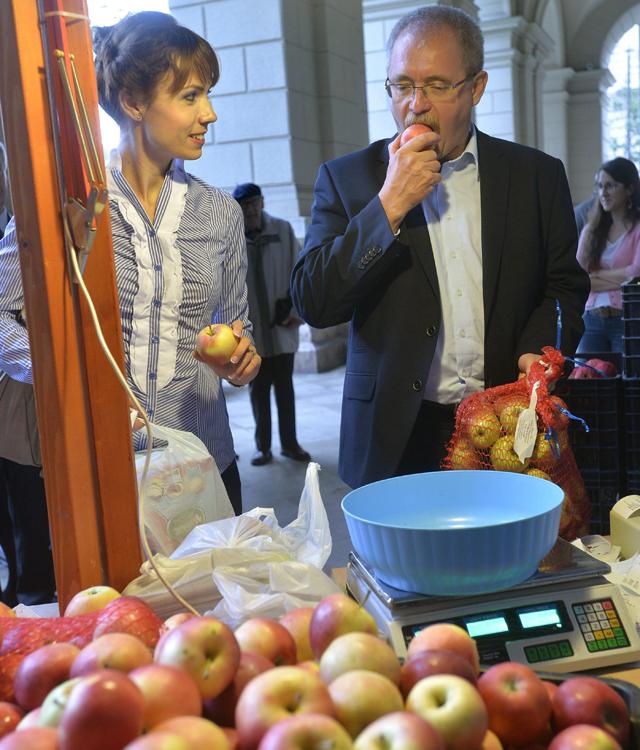 Fazekas Sándor földművelésügyi miniszter almát kóstol - Fotó: Máthé Zoltán / MTI