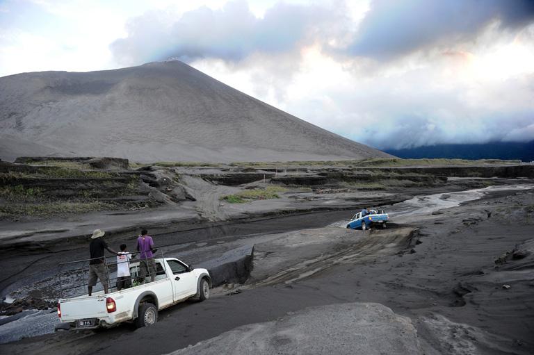 Az Ausztrália partjaitól nyugatra elhelyezkedő Vanuatu országa több mint 70 kisebb-nagyobb szigetből áll össze, amelyeken több aktív vulkán is található