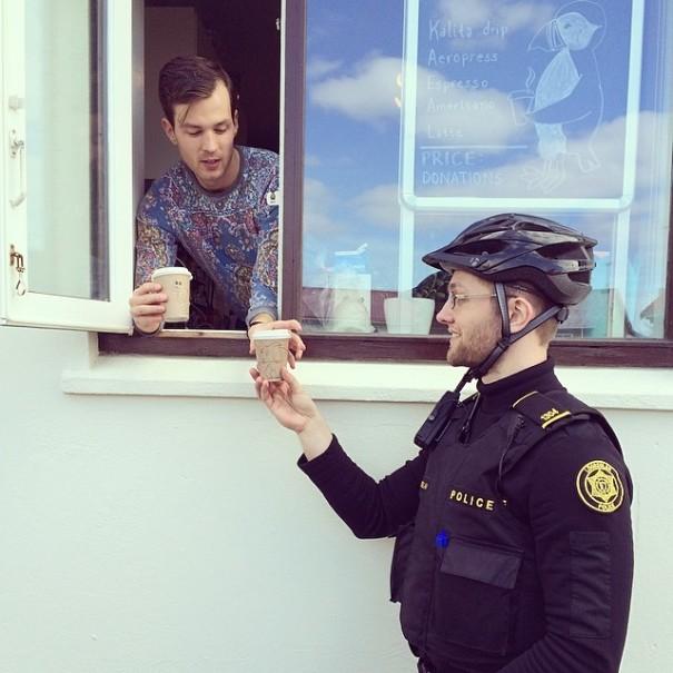 Ilyenek a világ legjobb fej rendőrei - szem nem marad szárazon