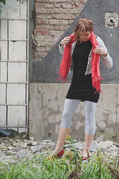 Thomas Pink kötött ruha, piros gyapjúsál – Háda, szürke legging, French Connection kardigán – Angex