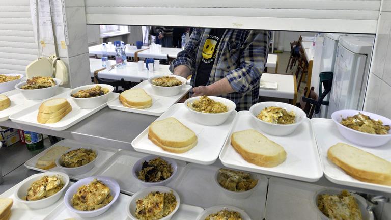 Ebédlő a Szobi utcai hajléktalanszállóban - Fotó: Máthé Zoltán  / MTI