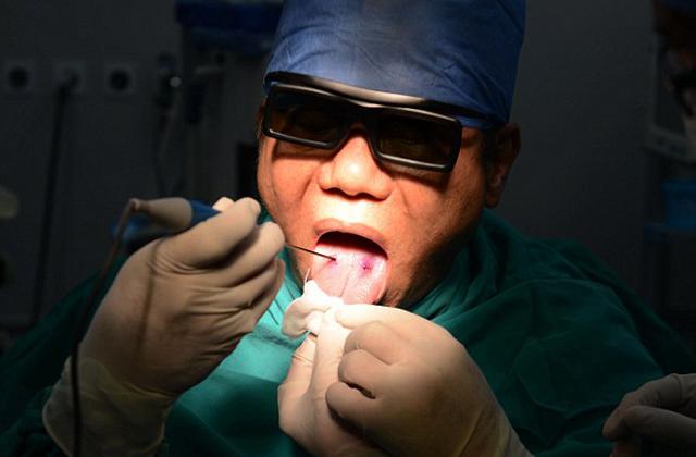 Saját magát műtötte a sebész