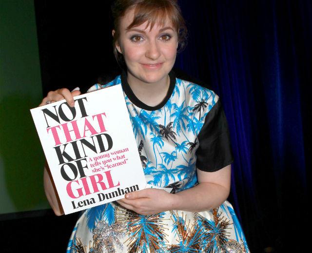 Lena Dunham az új könyvével, amin a címe: