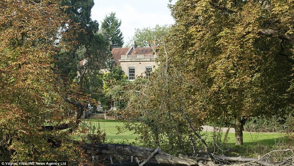 Egy kis szigeten álló angol kastélyban a Clooney család új otthona