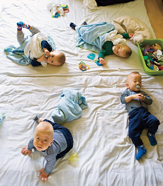 Így élnek a négyes ikrek
