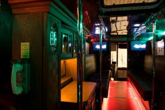 Lerobbant buszból csináltak night klubot