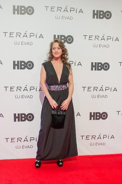 Szexi dekoltázzsal ünnepelt a Terápia színésznője - galéria