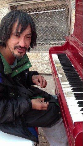 Elképesztően zongorázik a hajléktalan férfi
