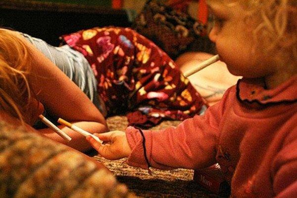 Egy kétéves kislány a drog és alkohol árnyékában