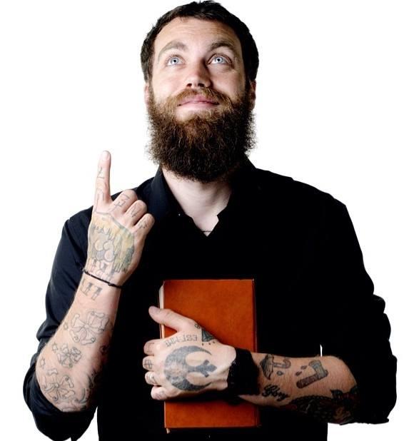 Gördeszkázik, modellkedik, és tele van tetoválva a hipszter pap