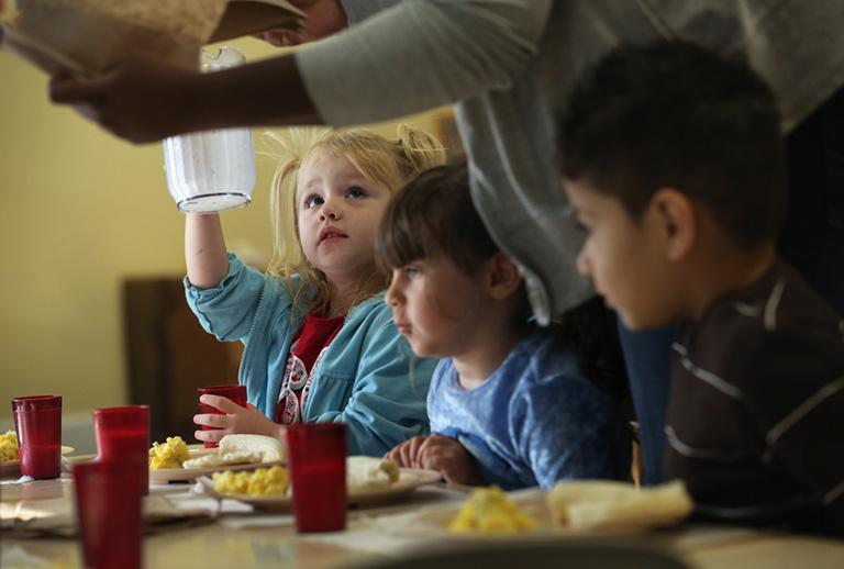 Korgó gyomorral ülnek a gyerekek az iskolapadban