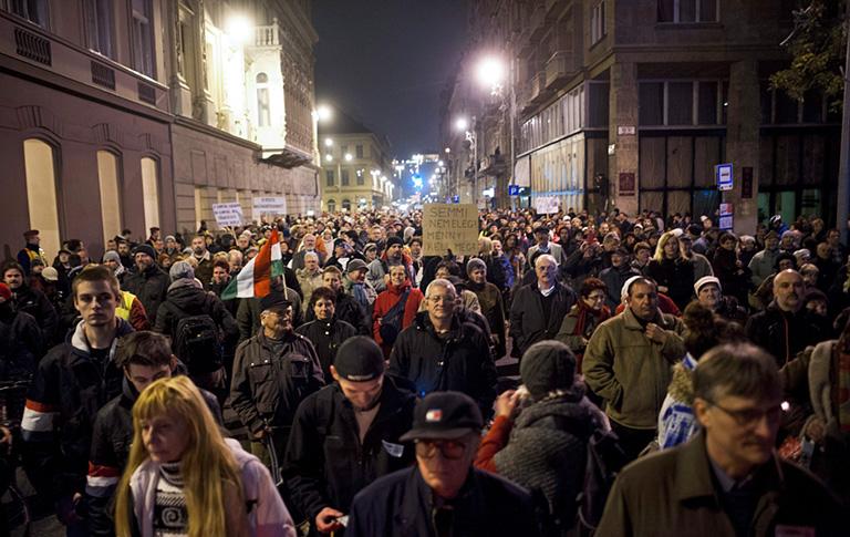 A magánnyugdíjpénztárak védelmében rendezett tüntetés résztvevői vonulnak Budapesten, a József Attila utcában