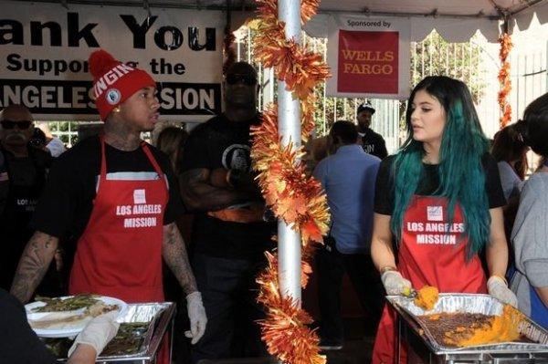 Ételt osztott Kim Kardashian kishúga Hálaadáskor a rászorulóknak