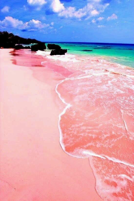 Ilyet még nem láttál: pink színű tengerpart a Bahamákon