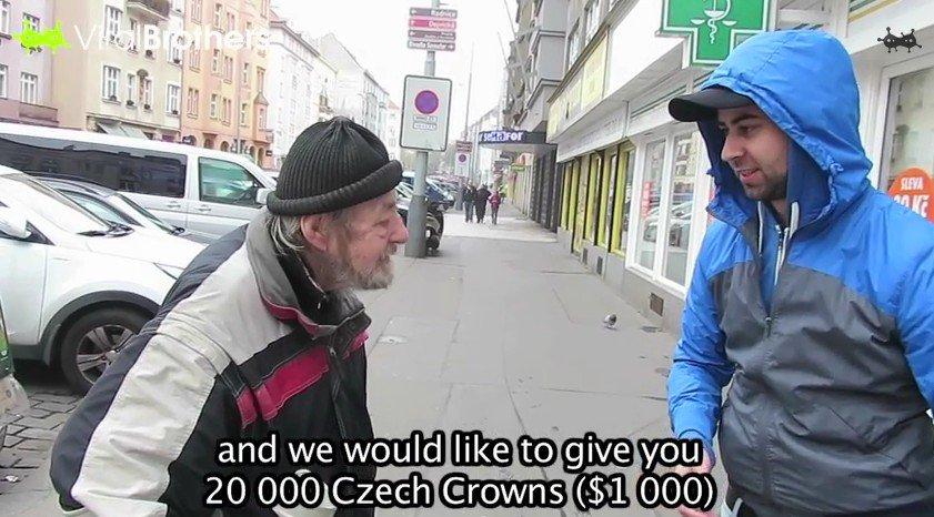 Nézd meg mit tett a hajléktalan férfi, amikor egy tele pénztárcát talált az utcán - videóval!