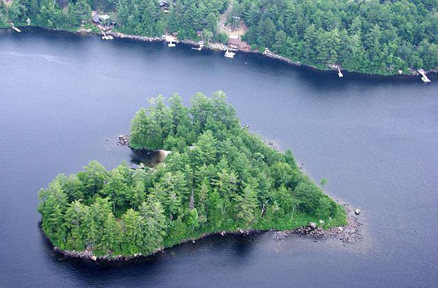 Eladó egy szív alakú sziget