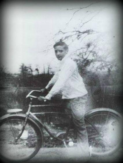 13 évesen Memphisben élete első biciklijén ülve.