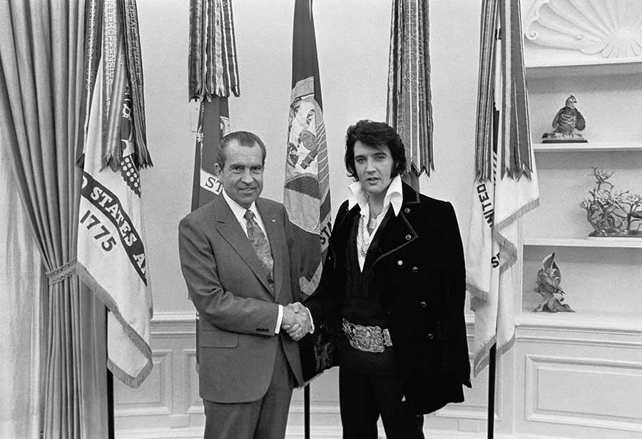1970-ben látta vendégül őt Richard Nixon a Fehér Házban. Elvis - irónikus módon - megkérte az elnököt, adjon neki egy a Narkotikumok és Veszélyes Drogok Hivatalát szimbolizáló