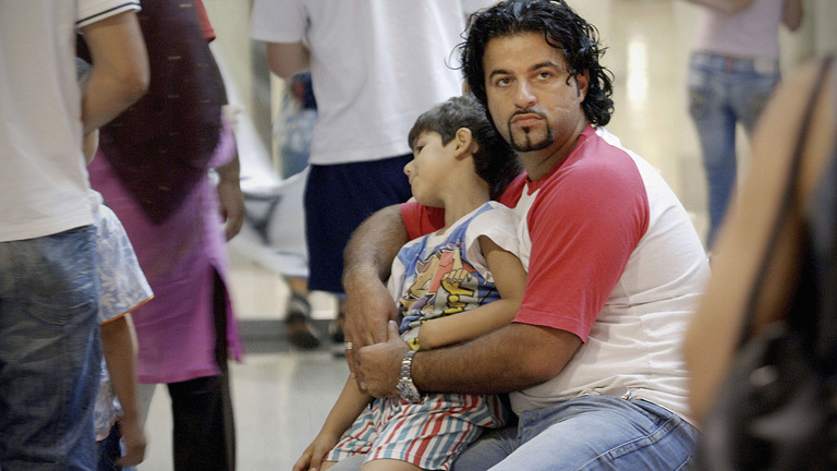 Libanoni menekült férfi és fia a düsseldorfi repülőtéren (Oliver Stratmann/Getty Images)