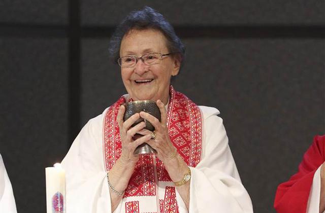 Katolikus pap lett egy 80 éves asszony