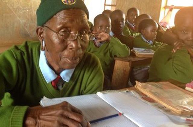 Dédunokáival jár egy osztályba a 90 éves asszony