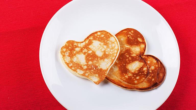 Valentin napi megleptés reggeli: szív alakú amerikai palacsinta